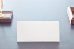 Sinal triangular branco para a etiqueta que está em uma tabela preta Imagem de Stock