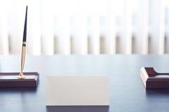 Sinal triangular branco para a etiqueta que está em uma tabela preta Imagem de Stock Royalty Free