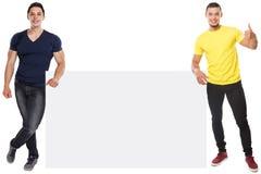 Sinal vazio vazio de mercado do anúncio do anúncio do copyspace bem sucedido muscular do sucesso dos homens novos isolado no bran fotos de stock