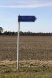 Sinal vazio do metal, placa, perto do campo Imagem de Stock Royalty Free