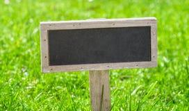 Sinal vazio em um gramado verde foto de stock