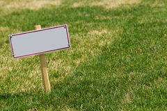 Sinal vazio na grama verde Foto de Stock Royalty Free
