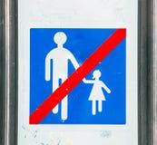 Sinal velho com as crianças de proibição de um símbolo simples paris Fotos de Stock