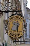 Sinal velho da loja para Trachten Seidl feito do ferro forjado, loja exterior de suspensão em Graz Imagem de Stock