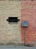 Sinal velho do espaço em branco da cidade da parede Imagens de Stock Royalty Free