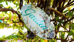 Sinal velho do jardim com fundo da natureza Imagem de Stock Royalty Free