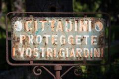 Sinal velho e oxidado italiano do parque Fotos de Stock Royalty Free