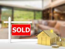 Sinal vendido da casa Fotos de Stock Royalty Free