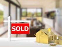 Sinal vendido da casa Fotos de Stock