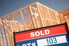 Sinal vendido do lote no canteiro de obras Home novo Fotografia de Stock Royalty Free
