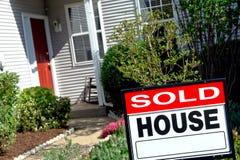Sinal vendido e casa dos bens imobiliários Imagens de Stock Royalty Free
