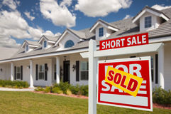 Sinal vendido e casa dos bens imobiliários de venda curta - direitos Fotografia de Stock