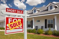 Sinal vendido e casa dos bens imobiliários de venda curta - saidos Foto de Stock
