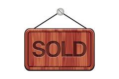Sinal vendido - sinais de madeira Fotos de Stock