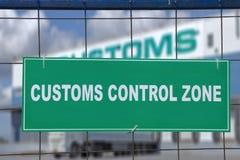 Sinal verde, zona de controle da alfândega, na cerca do terminal logístico Fotografia de Stock Royalty Free
