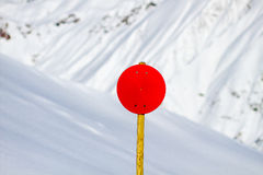 Sinal vermelho com fundo nevado Fotografia de Stock Royalty Free