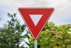 Sinal vermelho da coordenação do tráfego rodoviário do triângulo fotografia de stock royalty free
