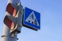 Sinal vermelho Sinal de um cruzamento pedestre Trajeto da bicicleta crosswalk Imagem de Stock Royalty Free