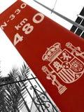 Sinal vermelho vertical, marco que marca o lugar na estrada imagem de stock