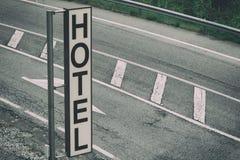 Sinal vertical do hotel da estrada imagens de stock royalty free
