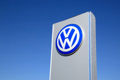 Sinal Volkswagen contra o céu azul Fotografia de Stock Royalty Free