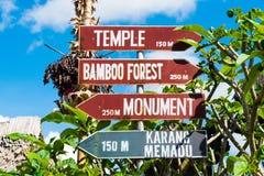 Sinalize com as setas direcionais na vila tradicional de Penglipuran em Bali, Indonésia Imagens de Stock