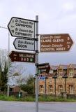 Sinalize com as setas que apontam aos destinos diferentes perto de Doon, Irlanda, queda, 2014 Imagem de Stock