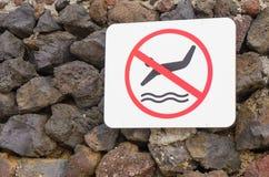 Sinalize não o mergulho headfirst no mar imagens de stock