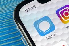 Sinalize o ícone da aplicação do mensageiro no close-up da tela do smartphone do iPhone X de Apple Ícone do app do mensageiro do  Fotografia de Stock