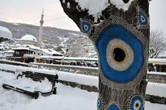 Sinan Pasha Mosque e parte velha de Prizren sob a fortaleza, cobertos com a neve imagem de stock royalty free
