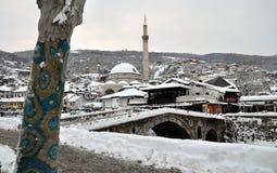 Sinan Pasha Mosque e ponte de pedra cobertos com a neve, Kosovo fotografia de stock