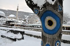 Sinan Pasha Mosque en oud die deel van Prizren onder de vesting, met sneeuw wordt behandeld royalty-vrije stock afbeelding