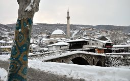 Sinan Pasha Mosque et pont en pierre couverts de neige, Kosovo photographie stock