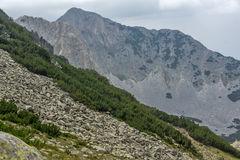 Sinanitsa峰顶, Pirin山峭壁惊人的看法  免版税库存图片