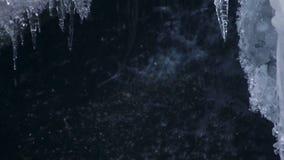 Sincelos de derretimento no fundo da cachoeira na mola Sincelos transparentes video estoque