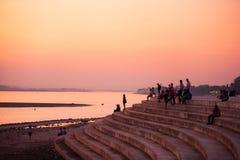 Sincronización hermosa Vista del río Mekong con el sol que va abajo Imagenes de archivo