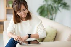 Sincronizando a tabuleta e o relógio esperto foto de stock royalty free