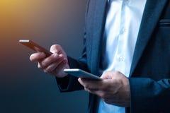 Sincronizzazione e dati di backup su due telefoni cellulari Fotografia Stock