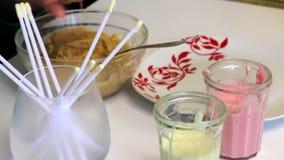 Sind auf dem Tisch Gläser mit Zuckerglasur für Kuchenknalle und Essstäbchen für sie Frau rollt Keksbälle Kochen glasiert für Kuch stock video