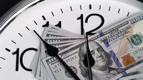 $100 sind auf der Uhr Bezeichnungen von 2009 stock video footage