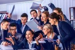 Sind Geschäftsleute Büroleben von Teamleuten mit dem Daumen oben glücklich Lizenzfreie Stockfotos
