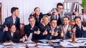 Sind Geschäftsleute Büroleben von Teamleuten mit dem Daumen oben glücklich Lizenzfreies Stockbild