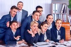 Sind Geschäftsleute Büroleben von Teamleuten mit dem Daumen oben glücklich Lizenzfreie Stockbilder