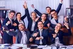 Sind Geschäftsleute Büroleben von Teamleuten mit der Hand oben glücklich Lizenzfreie Stockfotografie