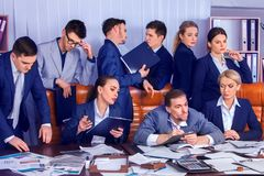 Sind Geschäftsleute Büroleben von Teamleuten mit Papier glücklich Lizenzfreies Stockfoto