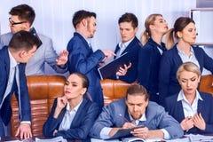 Sind Geschäftsleute Büroleben von Teamleuten mit Papier glücklich Lizenzfreie Stockbilder