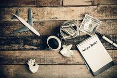 Sind Sie vorbereiten geschrieben auf das Papier auf einem hölzernen Hintergrund Lizenzfreie Stockbilder
