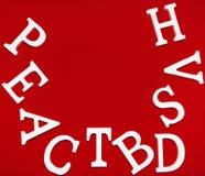Sind weiße hölzerne Buchstaben auf einem roten Gewebehintergrund Stockbild