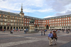 Sindaco della plaza e statua di Philip III davanti alla sua casa, centro urbano di Madrid Immagini Stock Libere da Diritti