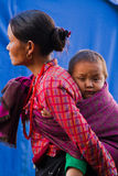 Sindhupalchowk,尼泊尔的母亲和孩子 库存图片